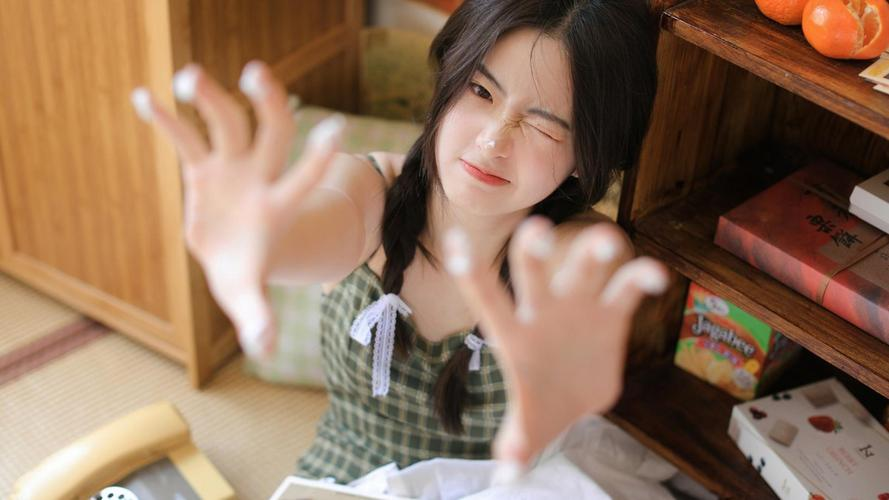 Students enjoying the fall weather while walking to class outside 的 Dean Hall